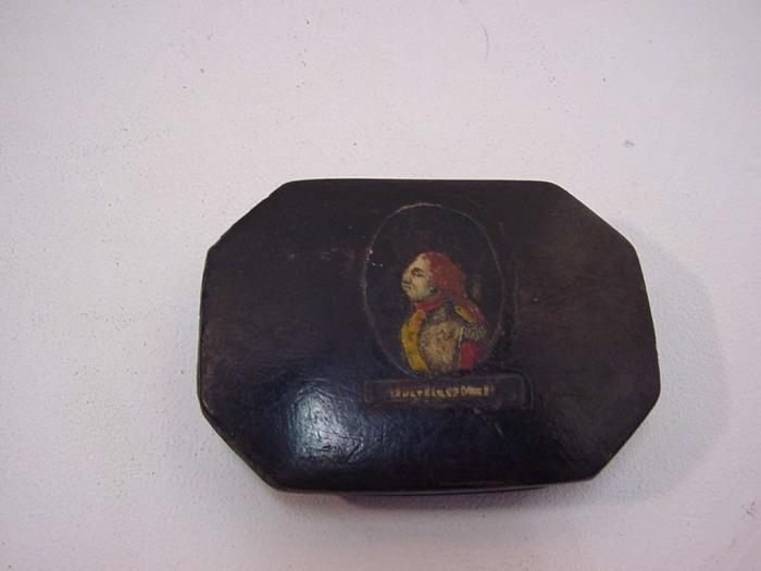 Een houten zwart tabaksdoosje met portet van onbekende man [Franse soldaat]